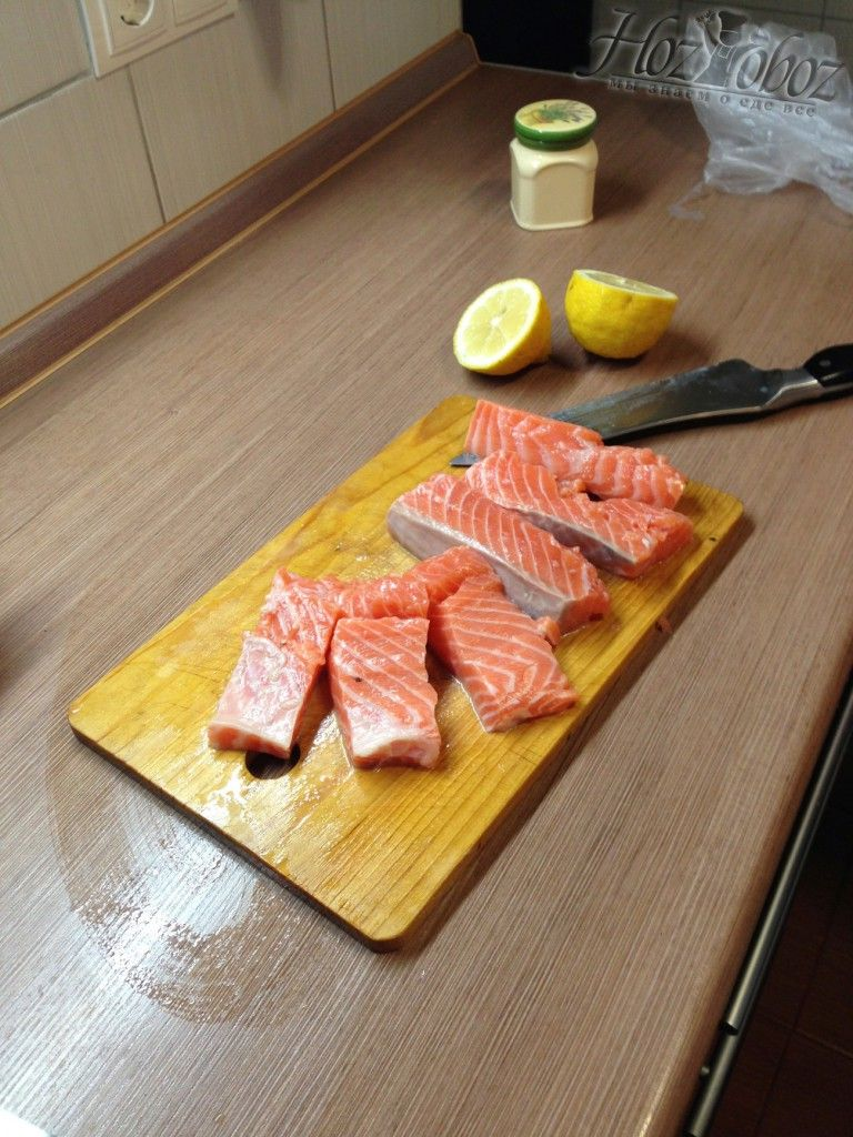 Разделите рыбу на куски шириной 4-5 см