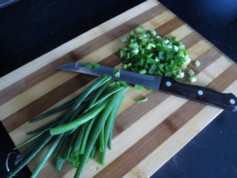 Пошенкуйте лук и зелень