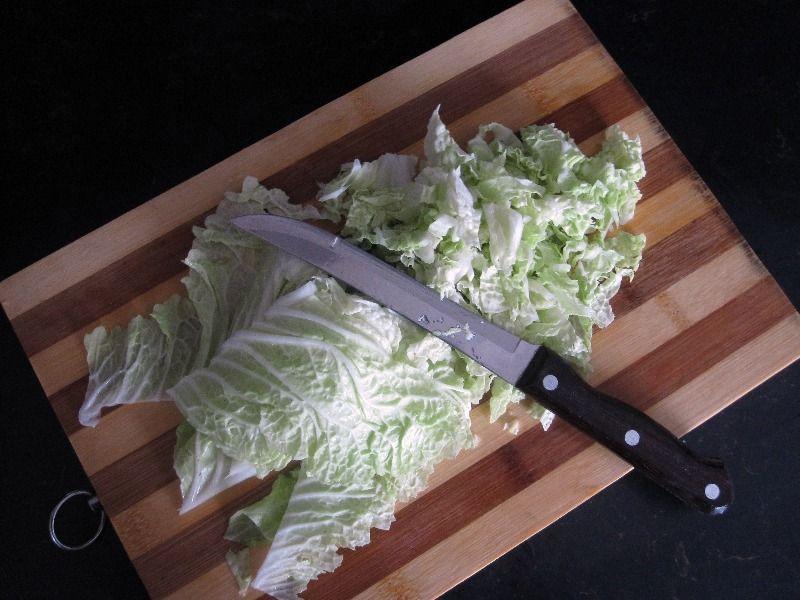 Нарежьте пекинскую капусту для салата