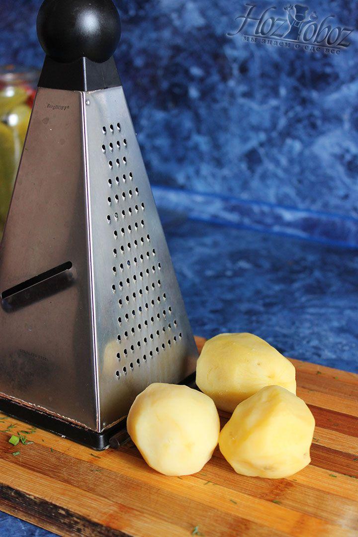 Потрите картофель на крупной терке