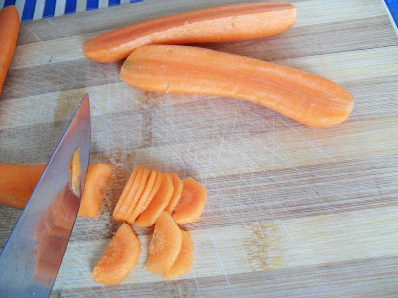 Очистите и нарежьте морковь