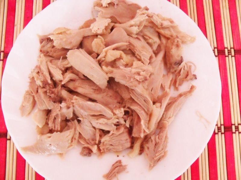 Разделите вареную курицу на кусочки