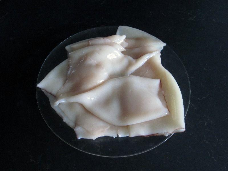 Отварите и почистите мясо кальмаров