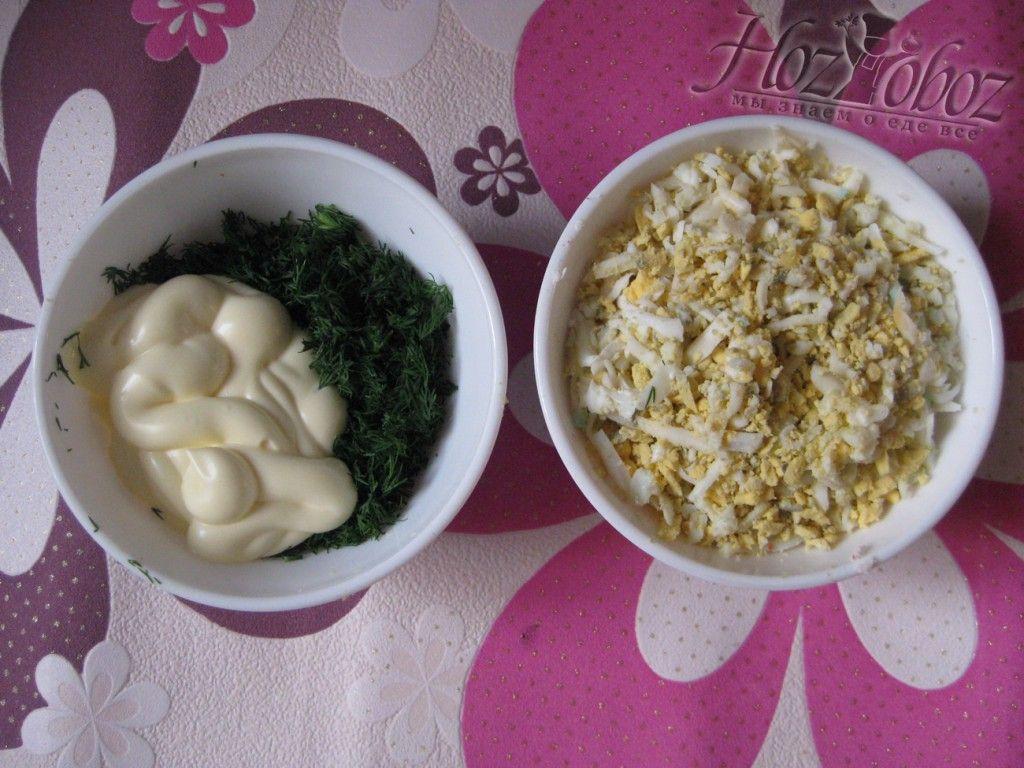 Приготовьте соус из зелени, майонеза и чеснока