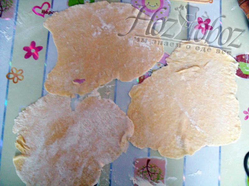 Раскатайте тесто на тонкие блины