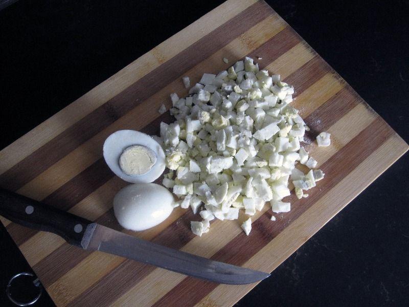 Нарежьте варенные куриные яйца