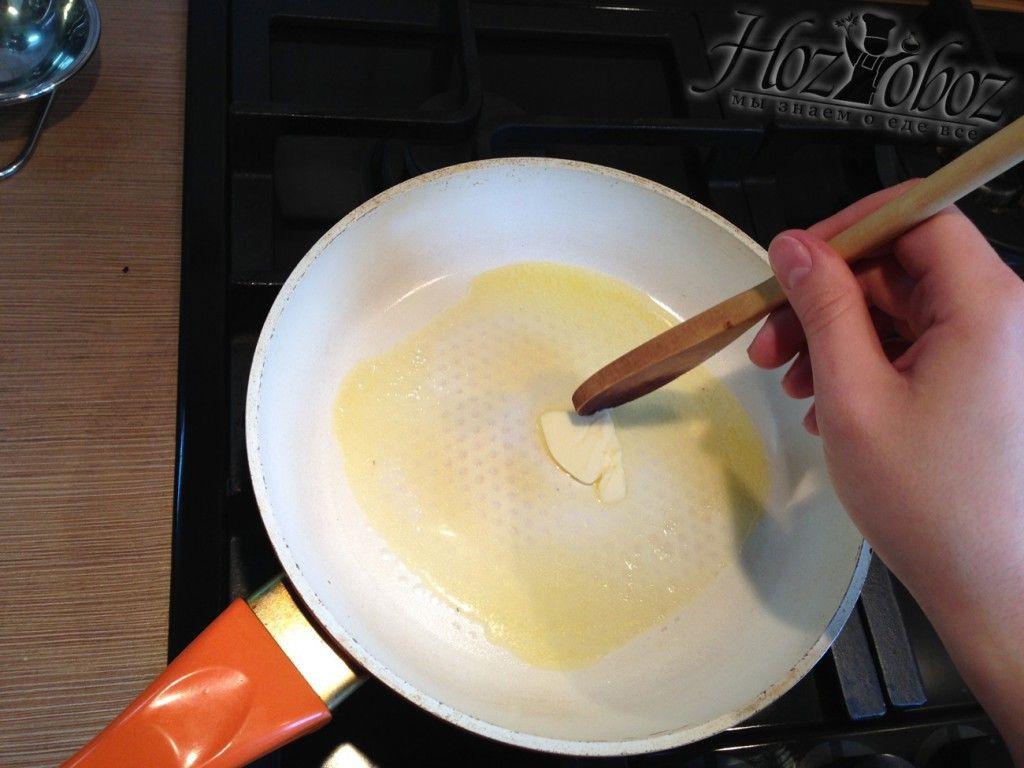 Растопим кусочек сливочного масла на сковороде