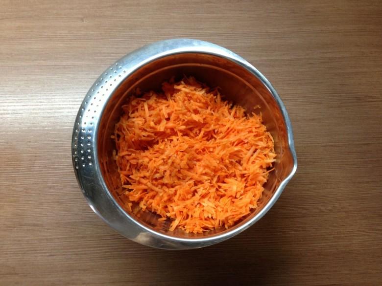 Очистите морковь и натрите на крупную терку