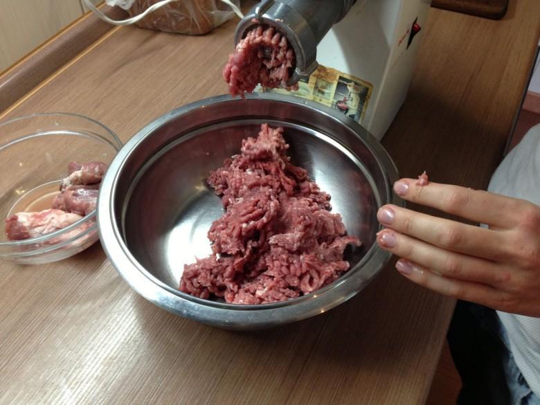Пропустите мясо через мясорубку