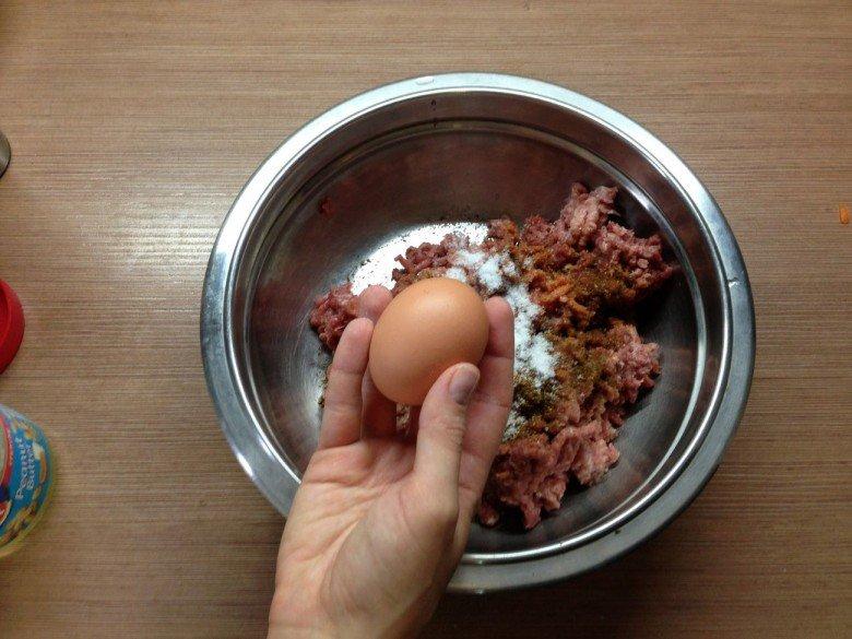 Добавьте в фарш куриное яйцо