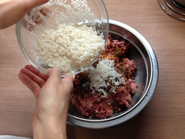 Перемешайте морковь , фарш и рис