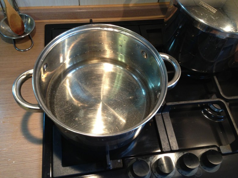 Поставьте на плиту кастрюлю с водой