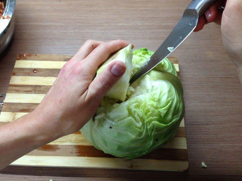 Отделите кочан от головки капусты