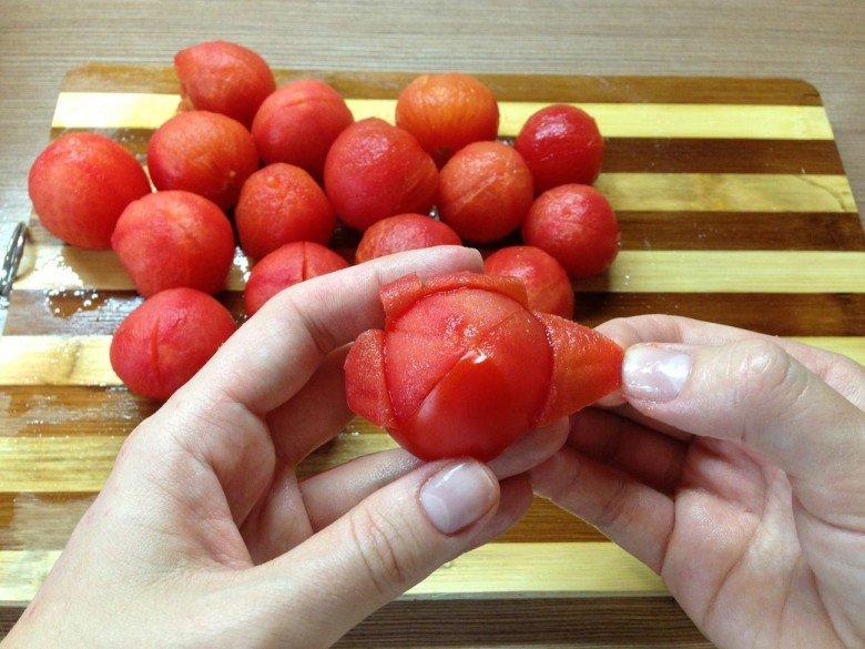 Снимите шкурку с помидоров