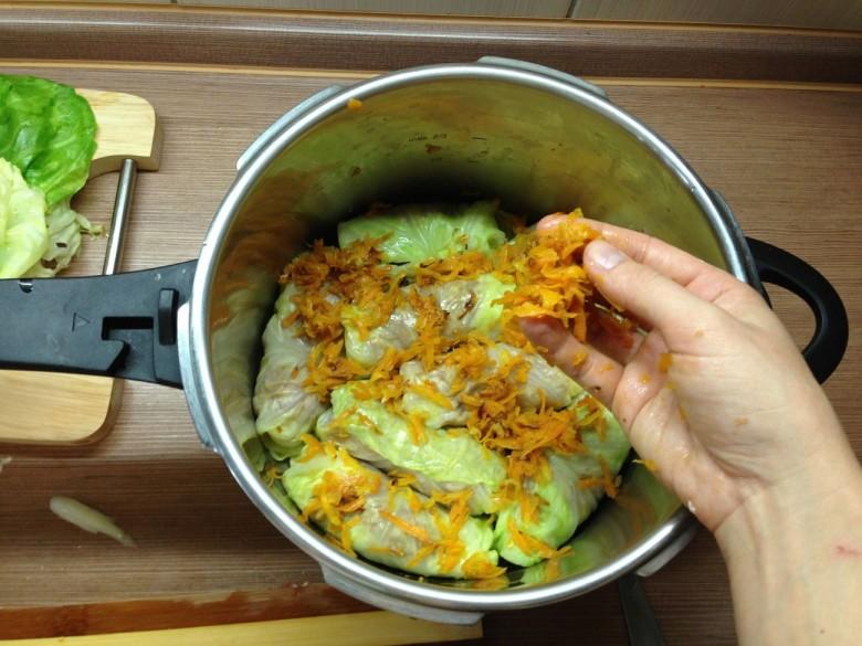 Посыпьте слой голубцов тушеными овощами (лук с морковью)