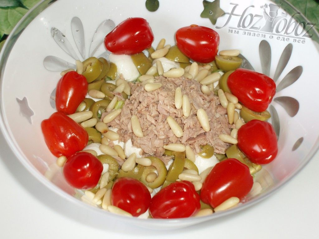 Посыпаем салат кедровыми орехами