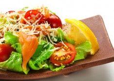 Салат из лосося с гренками