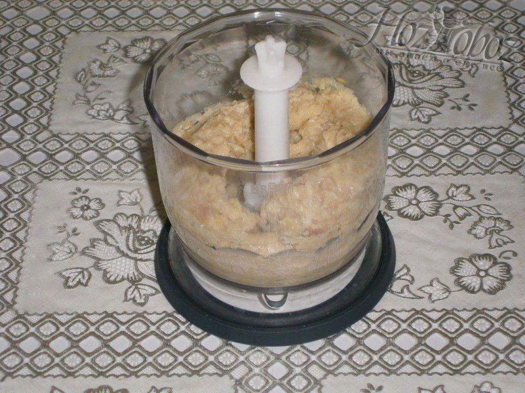 Измельчите лук с мясом в блендере или мясорубкой