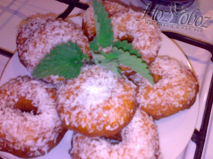 Готовые пончики в кокосовой стружке