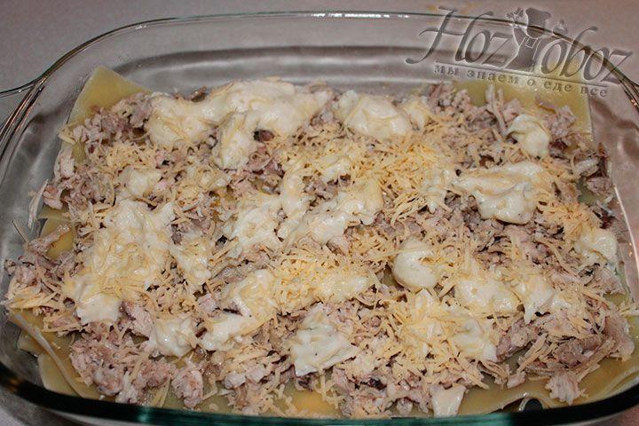 На курицу так же выкладываем соус и сыр, что бы лазанья получилась сочной