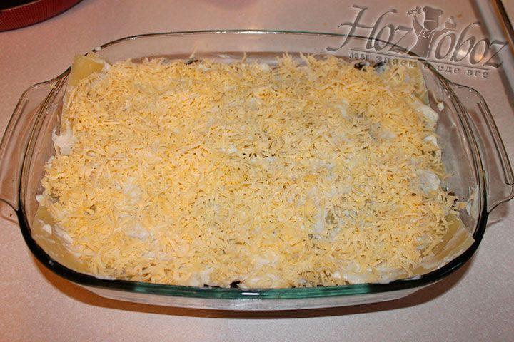 Выкладываем остальнын слои и посыпаем сверху сыром