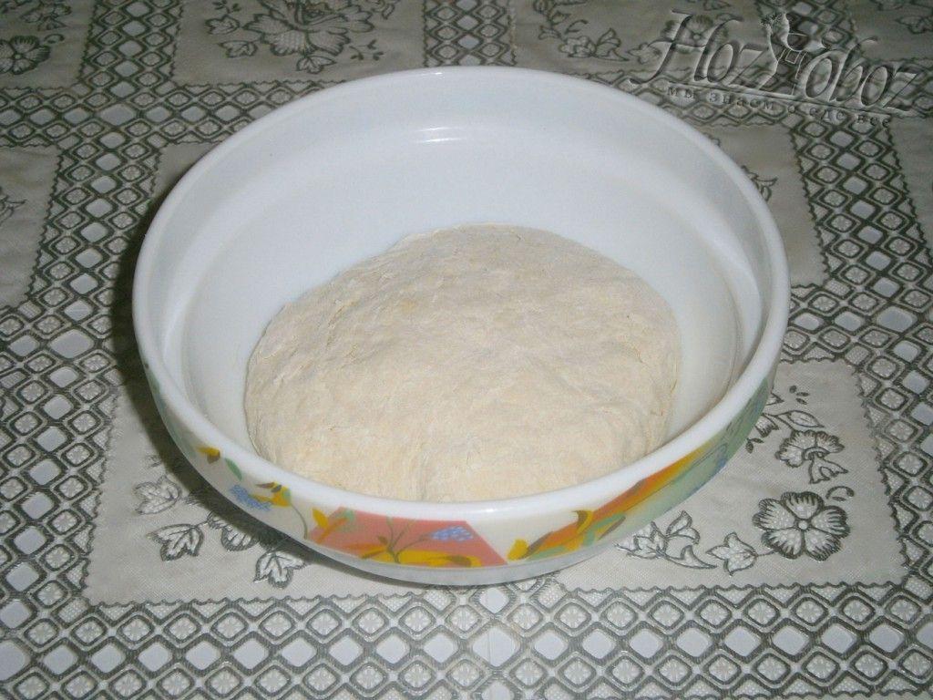 Замесите тесто на чебуреки