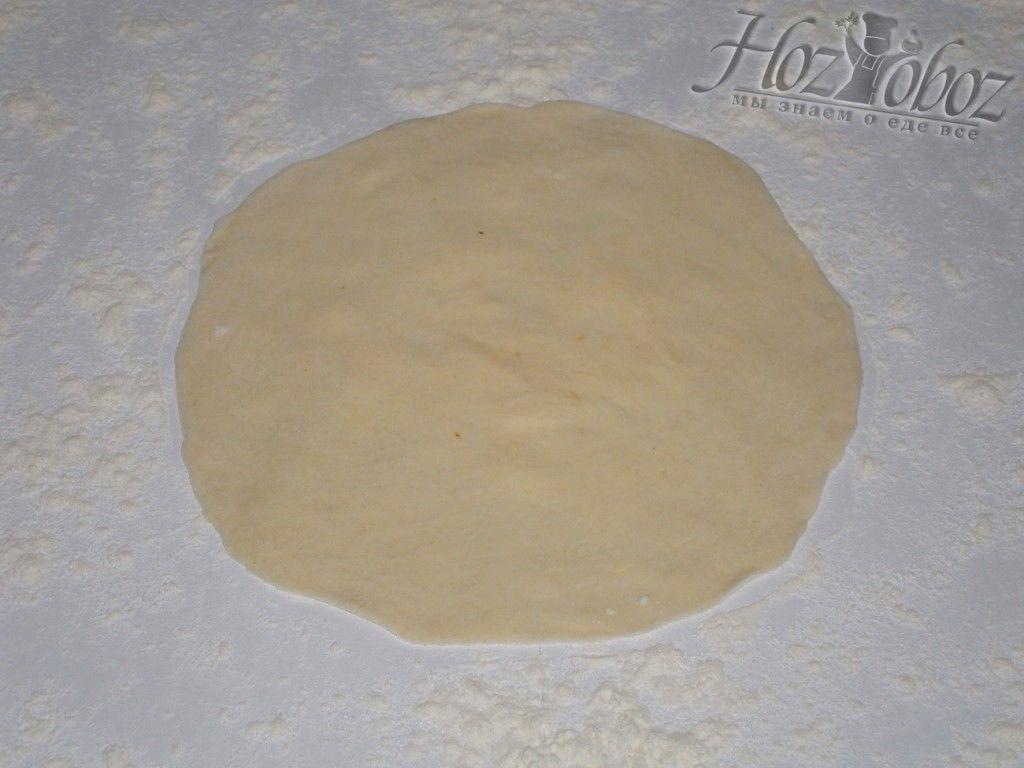 Раскатайте тесто скалкой в блин