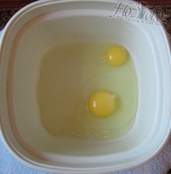 Разбейте куриные яйца в глубокую миску