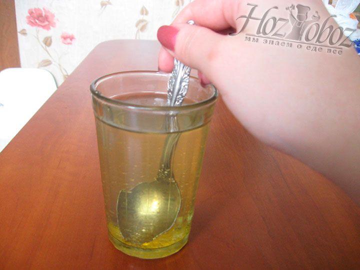 Растворите желатин в воде
