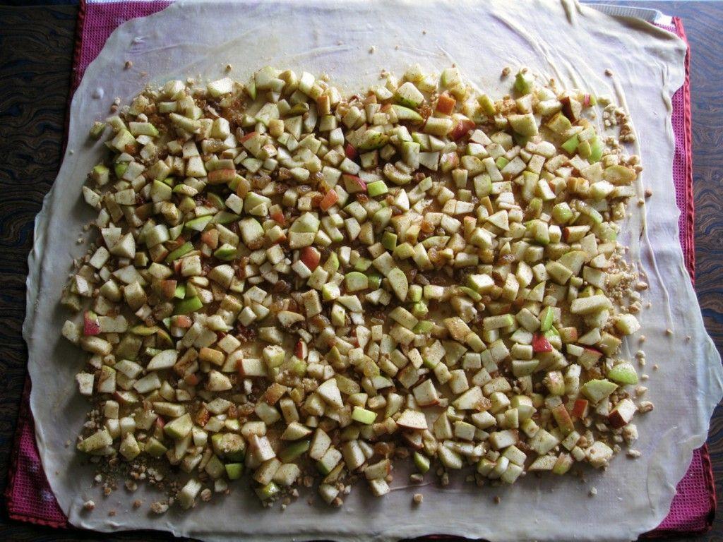 Поверх крошки печенья выкладываем начинку для штруделя