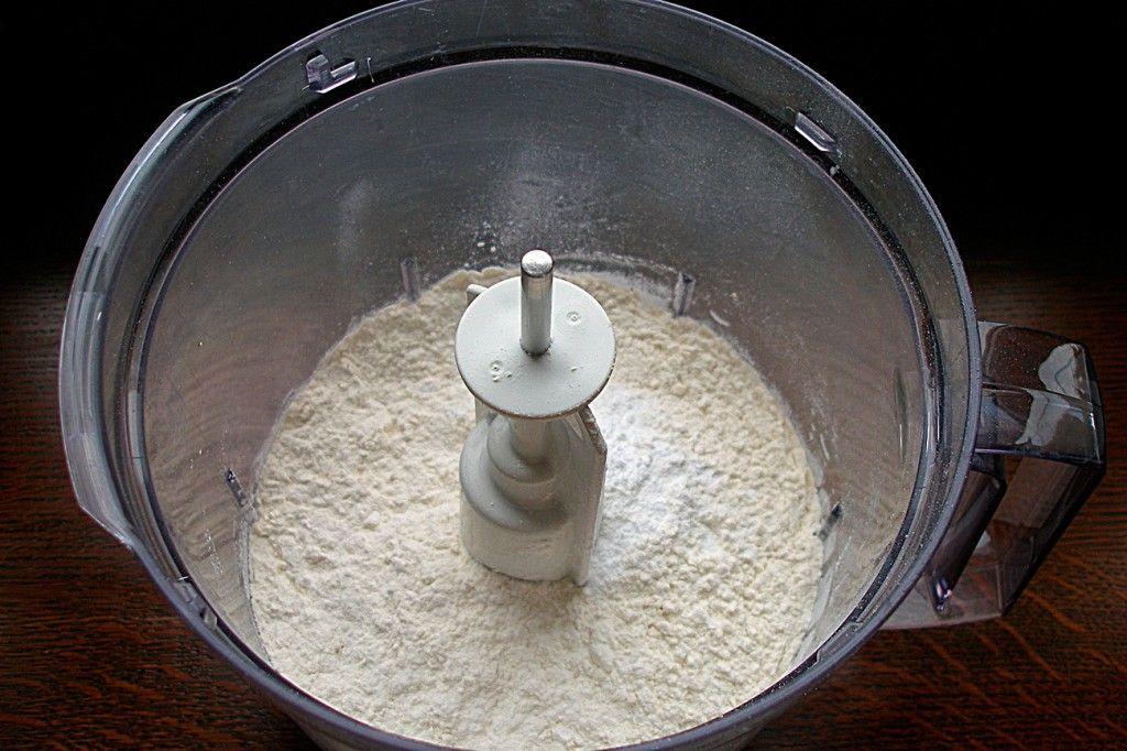 Просейте пшеничную муку и смешайте с разрыхлителем для теста