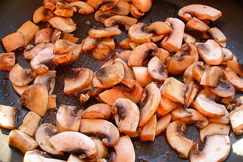 Обжарьте грибы для салата с ананасами на сковороде