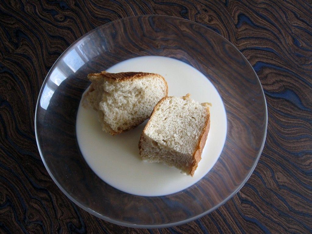 Разломайте кусочками белый хлеб и покладите в молоко