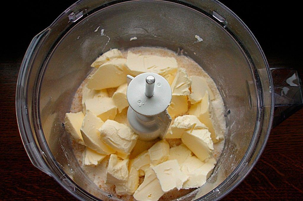Добавьте в муку с сахаром сливочное масло, лучше охлажденное