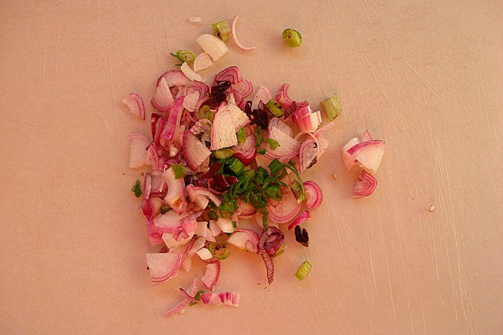 Нарежьте мелко лук