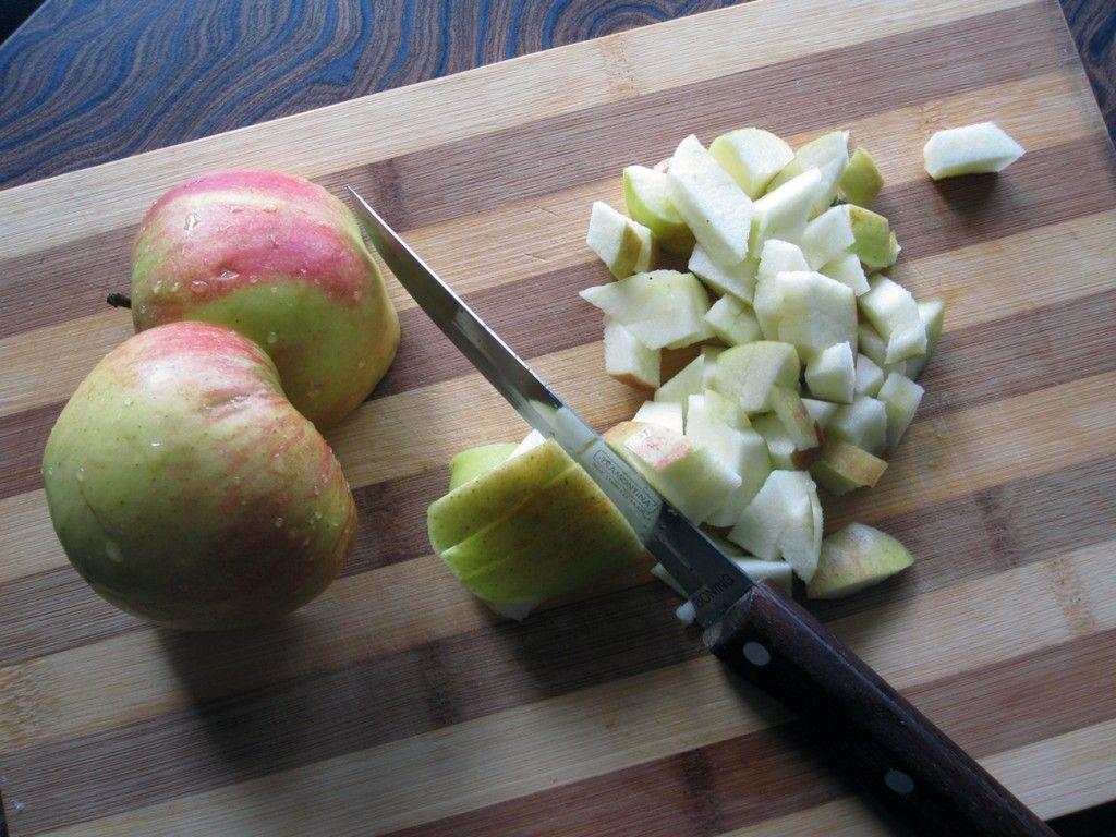Помойте яблоки, вырежьте сердцевину и нарежьте кубиками