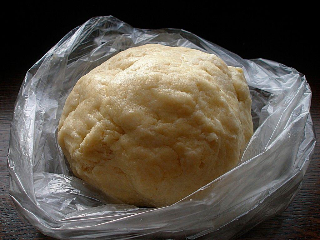 Вот такое тесто для лукового пирога должно получиться