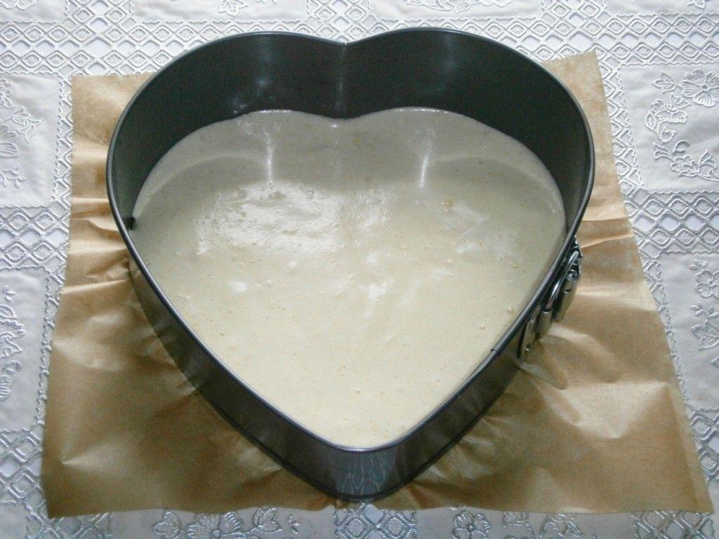 Аккуратно налейте тесто для желейного торта в форму