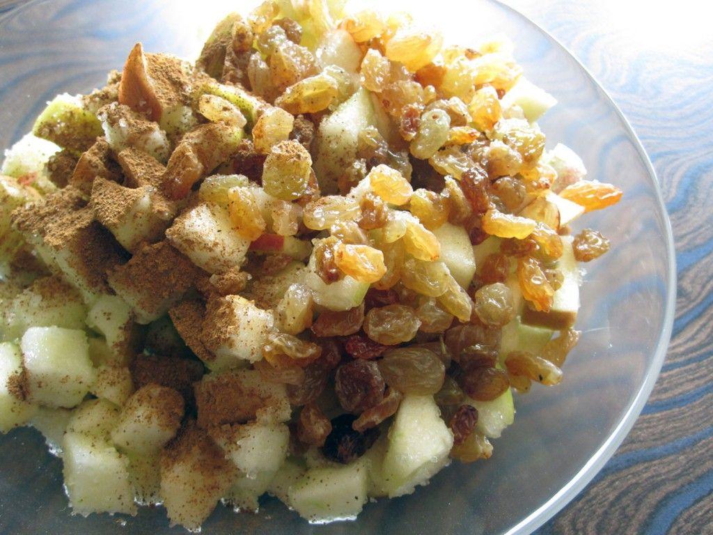 Смешайте яблоки, изюм и корицу - это и будет начинкой для яблочного штруделя