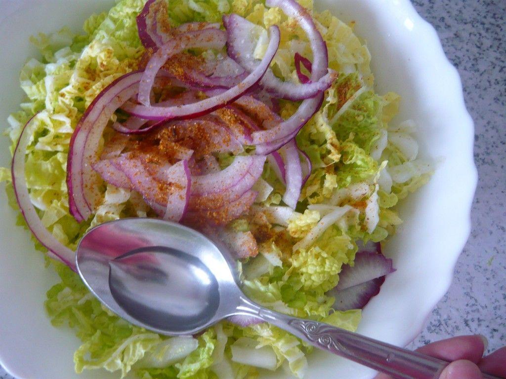 Добавьте в салат разведенный в воде уксус или лимонный сок, это придаст ему пикантности