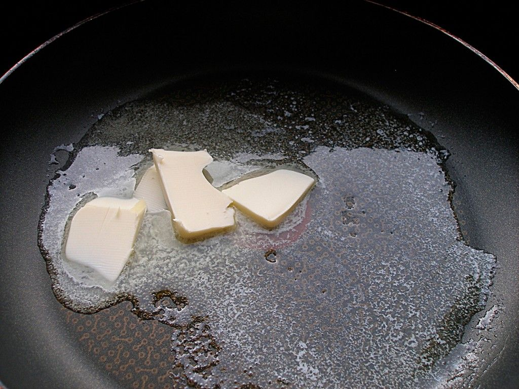 Разогреваем сковороду со сливочным маслом
