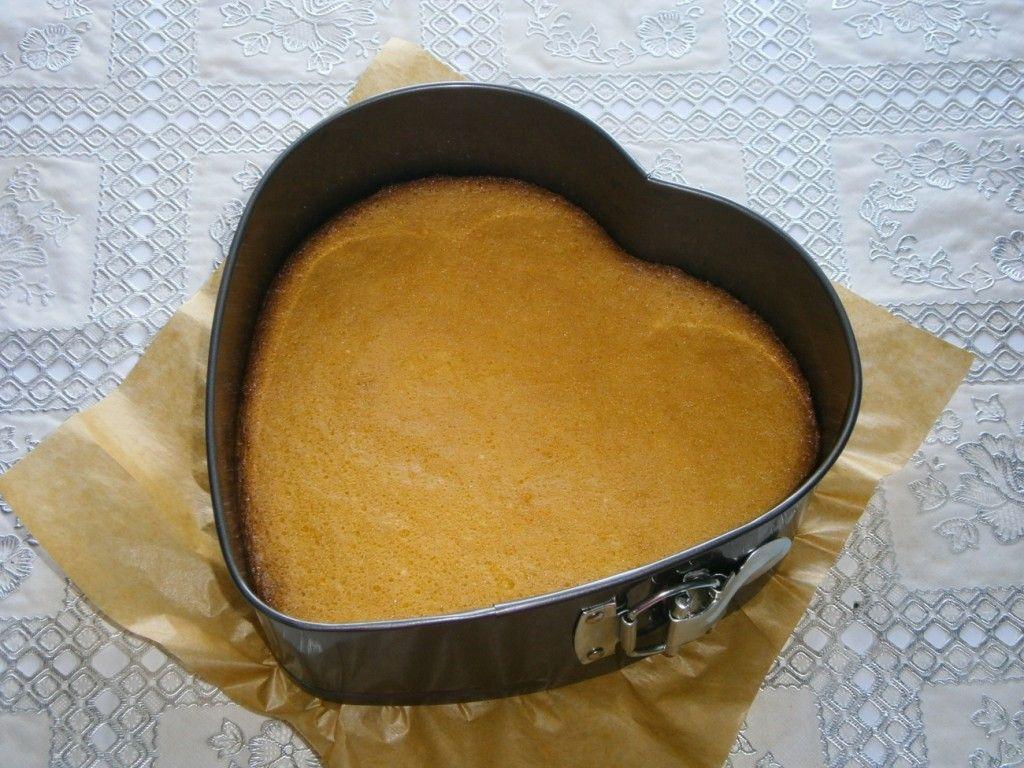 Запекайте бисквит в духовке до готовности, вот такой он должен у вас получиться