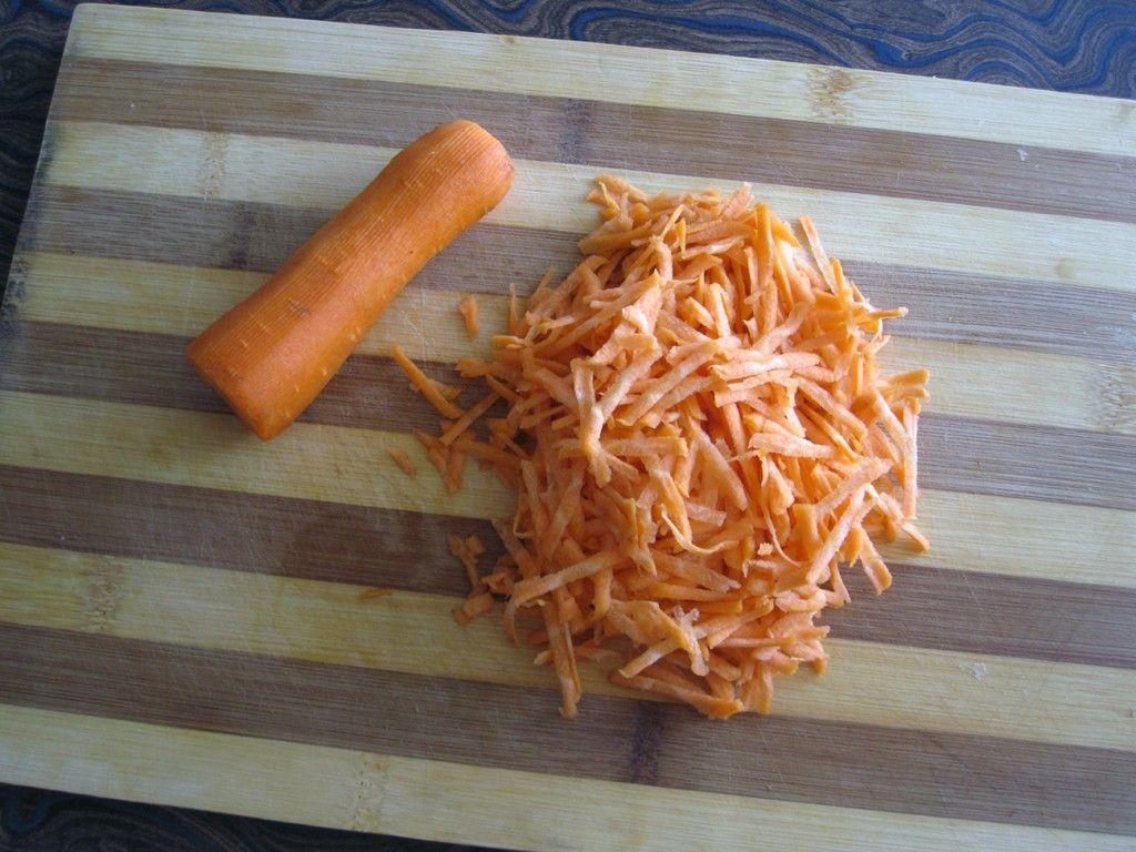 Натрите морковку на мелкую терку