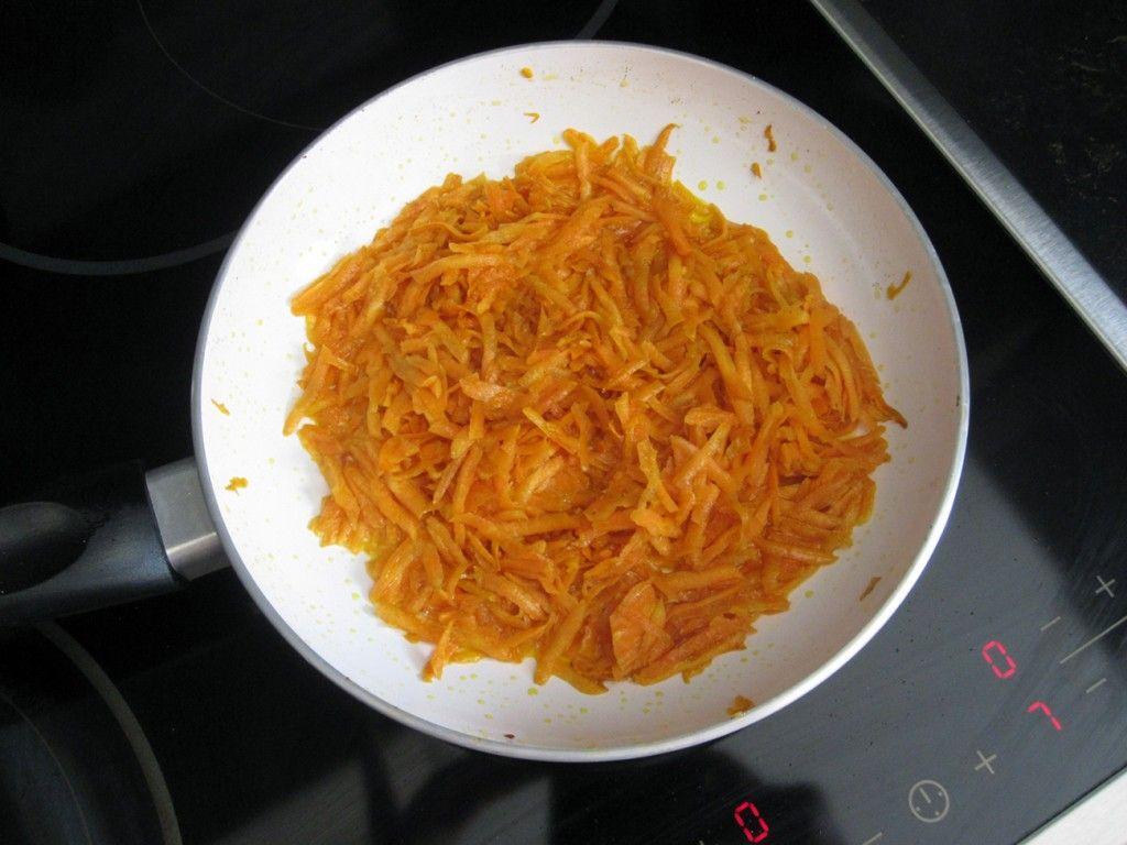 Морковку тоже обжариваем, пока она не станет мягкой