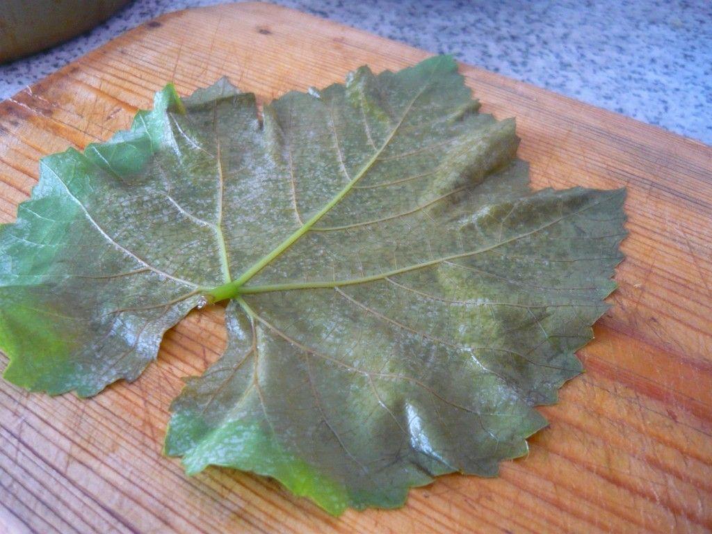 Выкладываем виноградный лист на разделочную доску