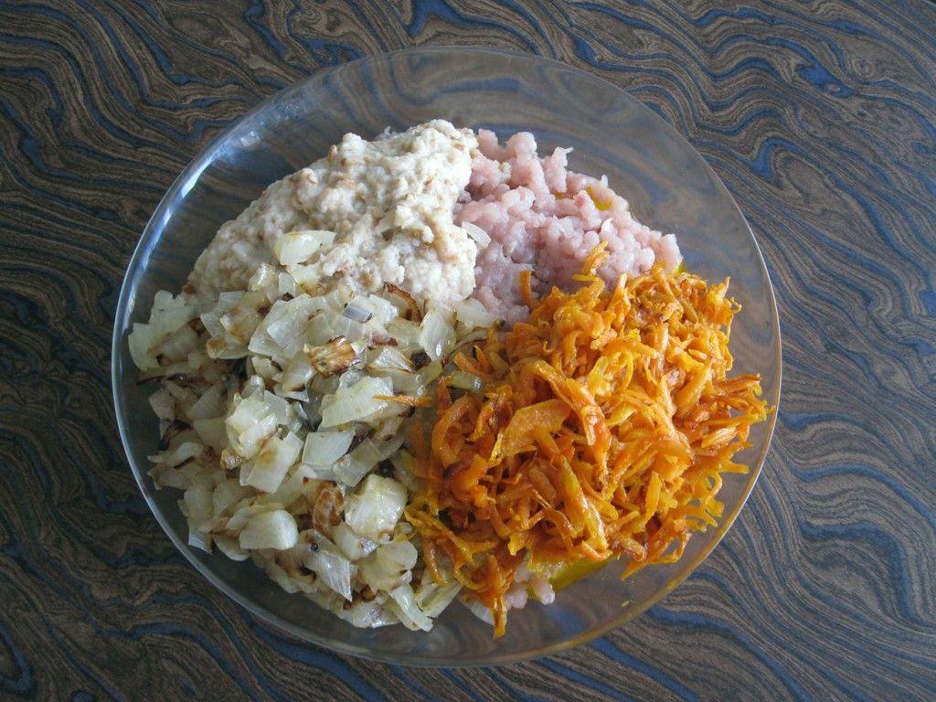 Соединяем замоченный хлеб, фарш, морковь и лук