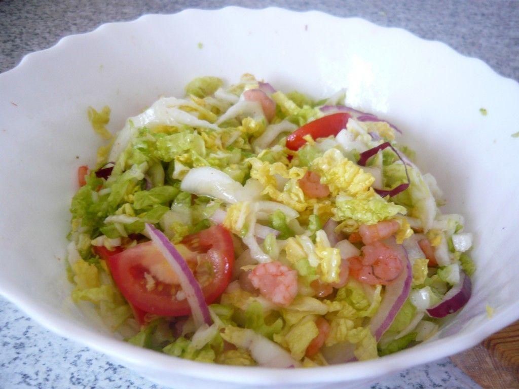 Для семейного застолья подойдет подача салата из пекинской капусты в салатнике