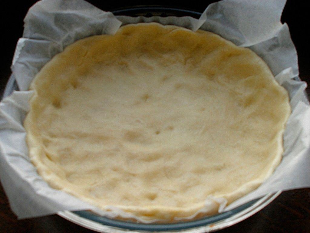 Достаем тесто из холодильника и выкладываем в форму для выпечки
