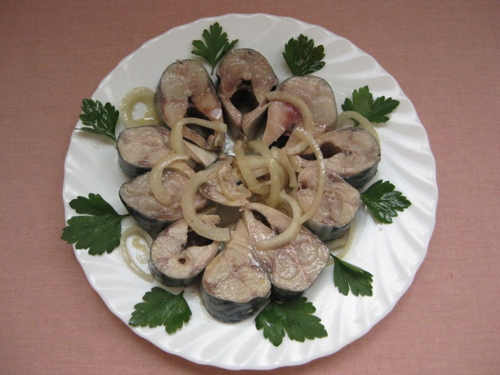 Подавайте маринованную скумбрию на блюде вместе с луком