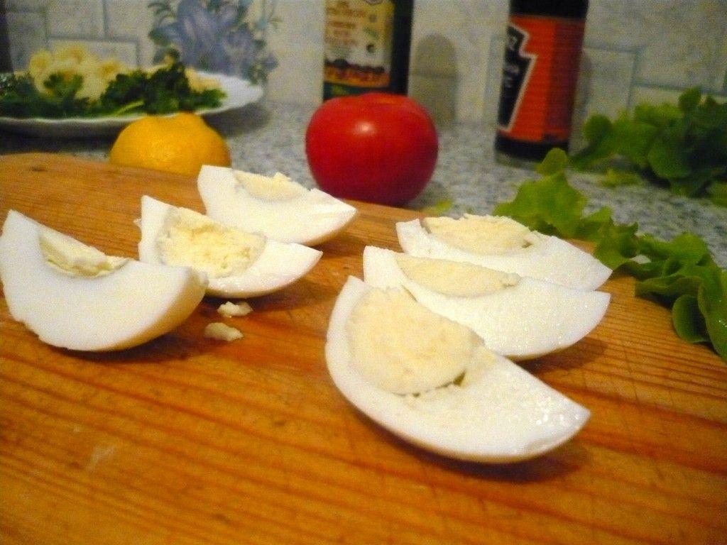 Разрезаем вареные куриные яйца на 4 дольки каждое